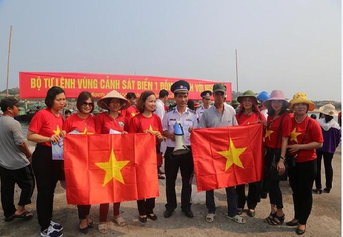 Hội LHPN quận Hà Đông phối hợp tổ chức các hoạt động Hướng về biển, đảo tại huyện Bạch Long Vỹ - Thành phố Hải Phòng