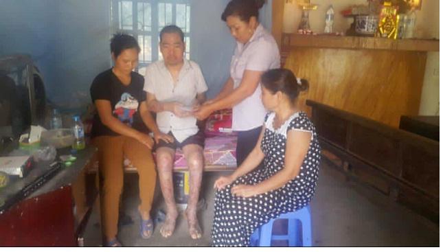Hội LHPN phường Biên Giang tặng quà cho gia đình hội viên  có hoàn cảnh khó khăn