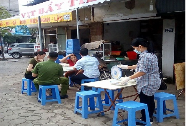 Hội LHPN phường Hà Cầu tham gia giám sát vệ sinh ATTP tại các cửa hàng dịch vụ ăn uống