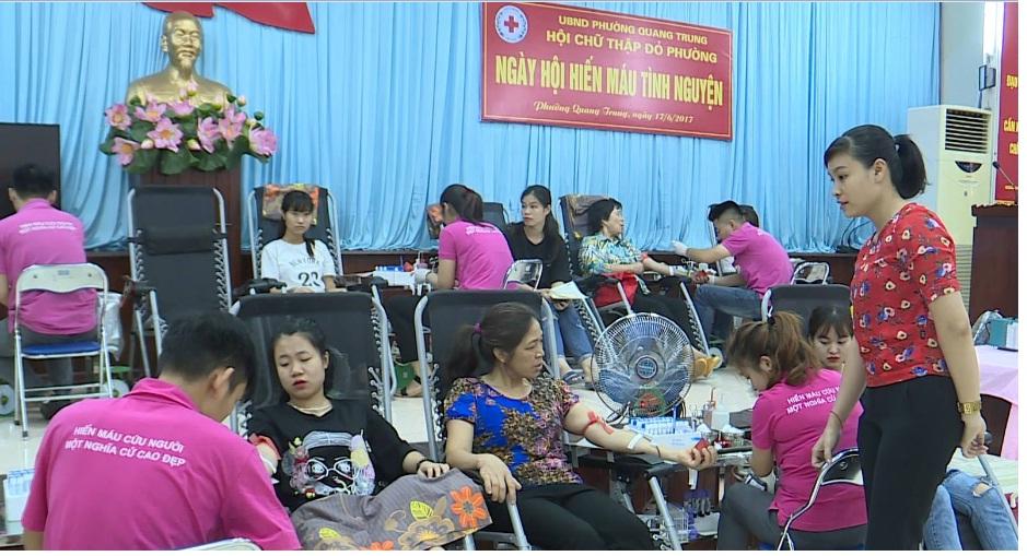 Hội viên Hội LHPN phường Quang Trung tham gia hiến máu tình nguyện năm 2017