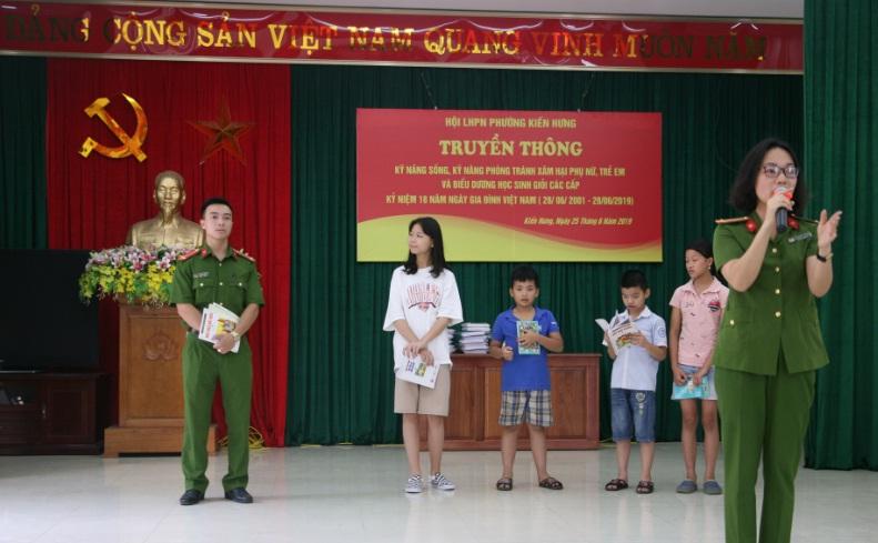 Hội LHPN phường Kiến Hưng tổ chức truyền thông về kỹ năng sống, kỹ năng phòng tránh xâm hại phụ nữ, trẻ em và tổ chức biểu dương khen thưởng các cháu đạt học sinh giỏi các cấp