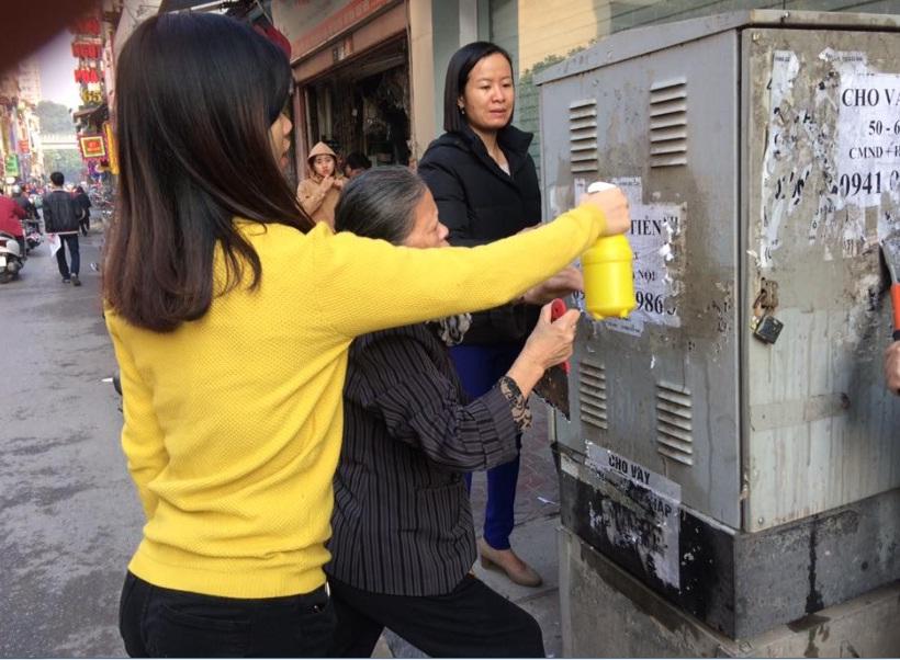 Hội LHPN phường Nguyễn Trãi ra quân bóc xóa hơn 500 quảng cáo, rao vặt trái phép