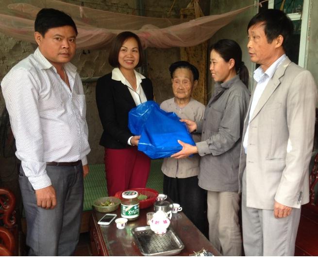 Thăm và tặng quà cho hội viên Công giáo thuộc hộ nghèo, hoàn cảnh khó khăn nhân dịp Tết Noen 2016
