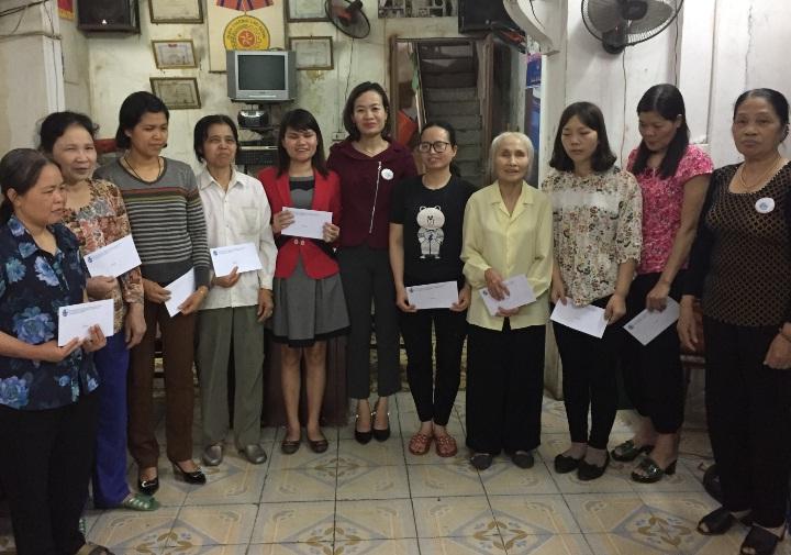 Hội LHPN phường Nguyễn Trãi thăm, tặng quà cho 10 phụ nữ là hội viên Hội người mù quận Hà Đông