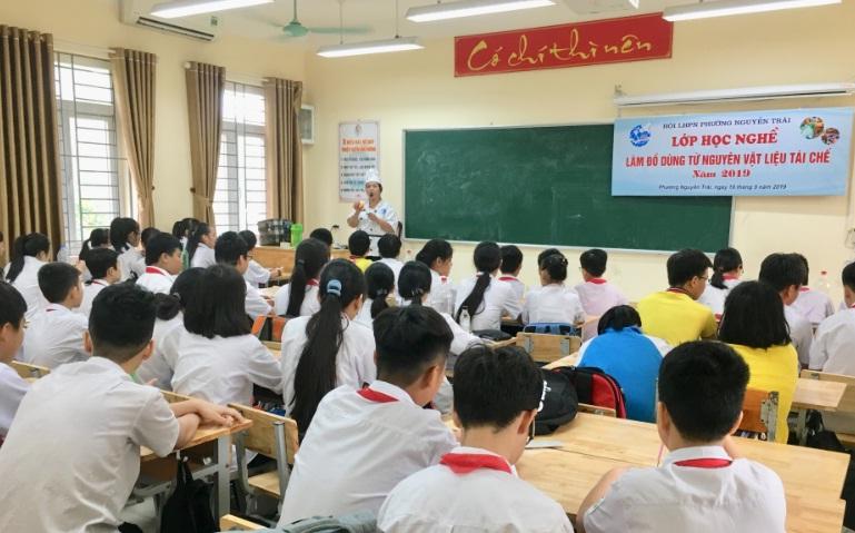 Lớp học nghề làm đồ dùng từ nguyên vật liệu tái chế cho 53 em học sinh Trường THCS Nguyễn Trãi