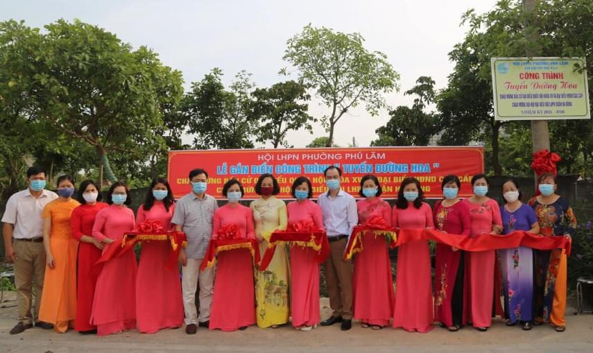 Găn biển công trình tuyến đường hoa phụ nữ tự quản tại phường Phú Lãm