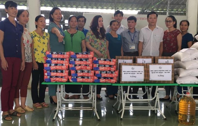 Phụ nữ phường Phú La thăm, tặng quà  các em học sinh Trường mầm non và tiểu học  xã Thương Tiến, huyện Kim Bôi, tỉnh Hòa Bình