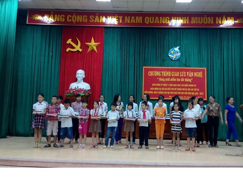 Hội LHPN phường Phú Lương tổ chức  biểu dương, tặng quà con hội viên vượt khó học giỏi năm học 2015-2016