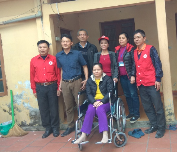 Hội LHPN phường Phú Lãm phối hợp tặng xe lăn cho hội viên khuyết tật