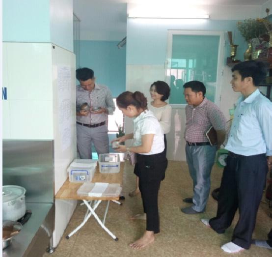 Giám sát kiểm tra công tác đảm bảo VSATTP, VSMT tại các cơ sở mầm non tư thục trên địa bàn của Hội LHPN phường Phú Lương