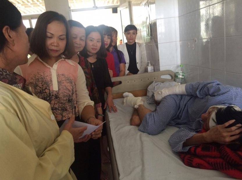 Thăm, tặng quà  nạn nhân vụ cháy nổ chạm biến áp Bùi Thị Cúc (4), phường Nguyễn Trãi