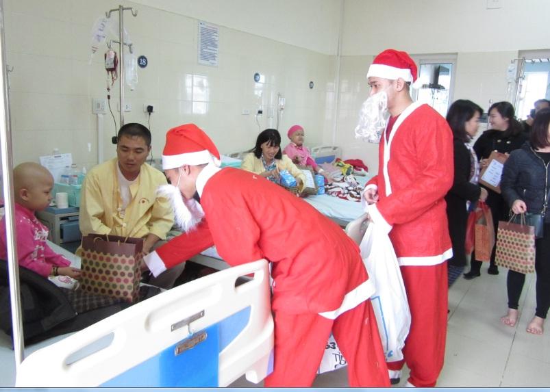 Hội LHPN phường Văn Quán thăm và tặng quà các em nhỏ  tại Bệnh viện K Tân Triều