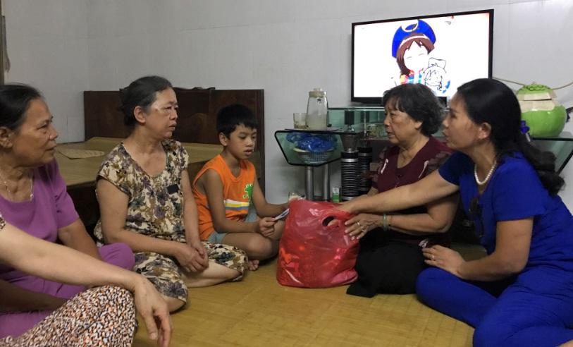 Hội LHPN phường Văn Quán thăm hỏi, tặng quà các cháu mồ côi  nhân dịp Tết Trung thu 2018