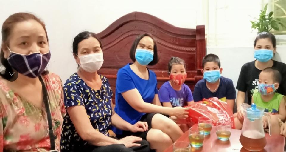Tặng quà cho các cháu con em gia đình hội viên có bố, mẹ tham gia tuyến đầu PCDB Covid-19 tại Bắc Ninh, Bắc Giang