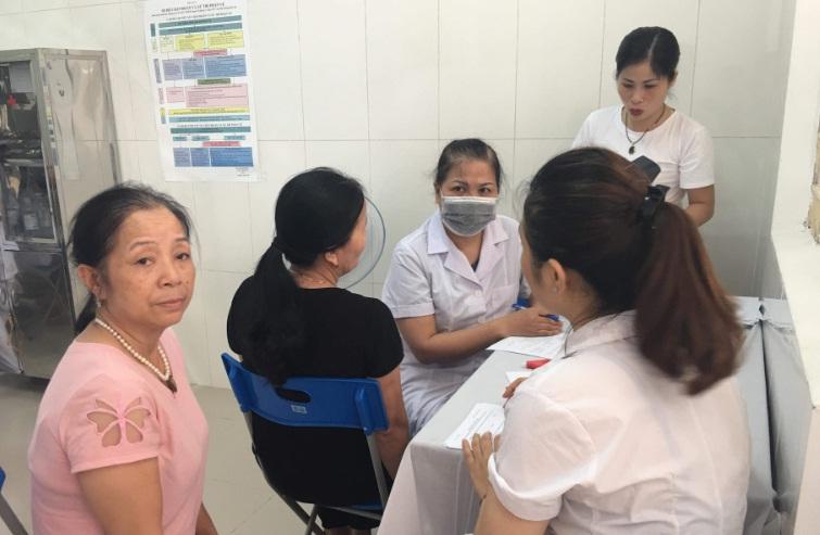 Khám bệnh, tư vấn sức khỏe miễn phí cho hội viên hội phụ nữ phường Yên Nghĩa