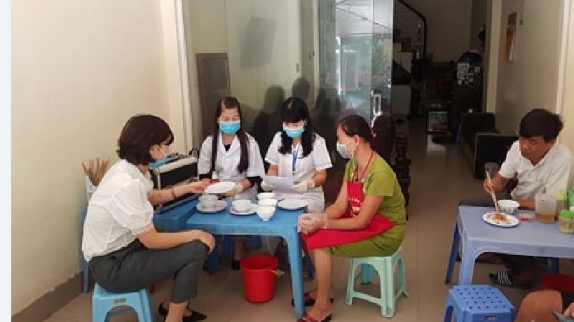Hội LHPN phường Hà Cầu tổ chức giám sát VSATTP cửa hàng kinh doanh ăn uống