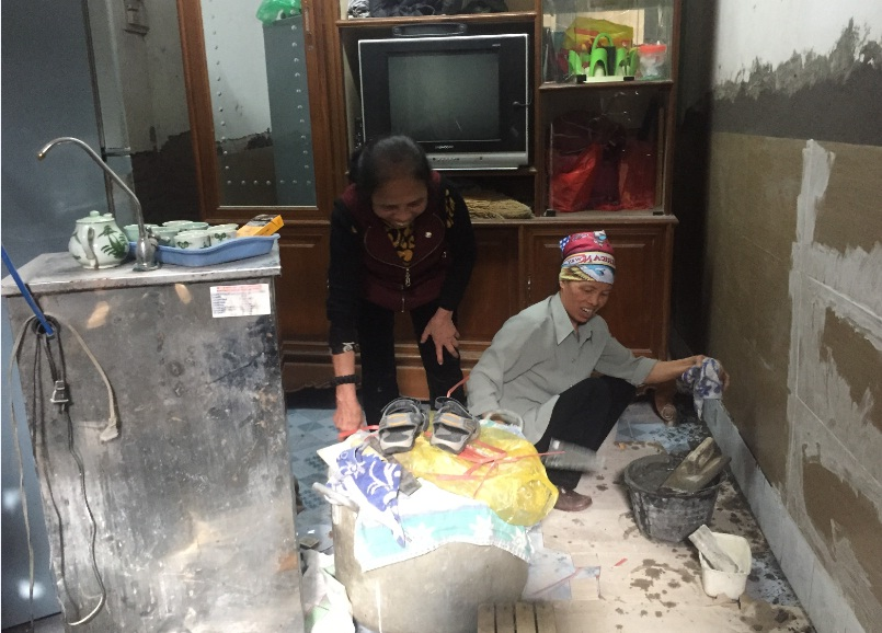Hội viên phụ nữ TDP 5 phường Yết Kiêu tham gia sửa chữa nhà cho phụ nữ có hoàn cảnh khó khăn
